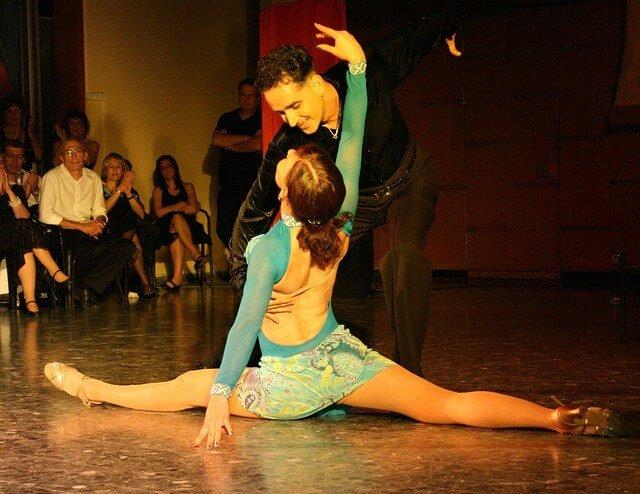 Tanssiva nainen